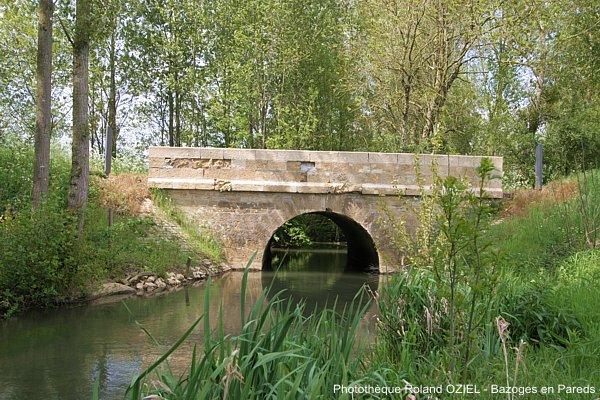 Vieux pont traversant la petite révière de l'Arkanson