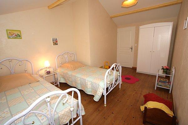 Autre vue de la chambre Iris avec 2 lits de 90 gite haut de gamme