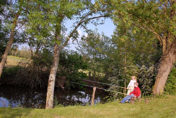 Pecher au bord de la rivière pendant vos vacances