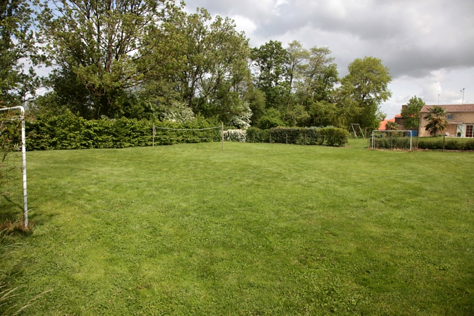 Gite avec un grand terrain arboré en Vendée et terrain de foot