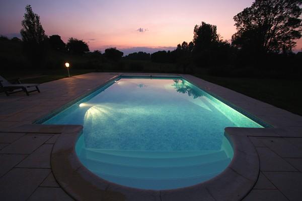 Vue de la piscine sur la vallée à la tombée de la nuit