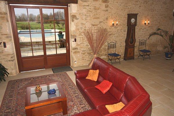 Le salon avec vue sur la vallée et la piscine du gite haut de gamme
