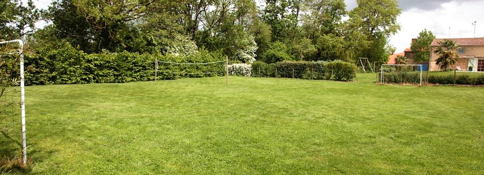 Gite avec terrain de foot et de badminton